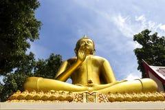 Guld- Buddhastaty av den stora Buddha över blå himmel, HUA HIN Thaila Royaltyfri Foto