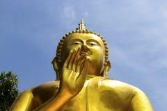 Guld- Buddhastaty av den stora Buddha över blå himmel, HUA HIN Thaila Arkivbild