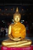 Guld- Buddhastaty ett symbol av fred Royaltyfri Foto