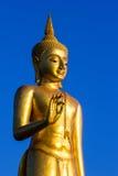 Guld- Buddhastaty för ställning i Thailand Royaltyfria Bilder