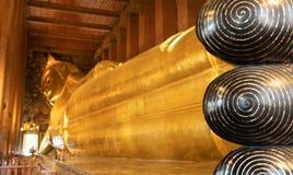 Guld- Buddhastaty i Bangkok arkivbilder