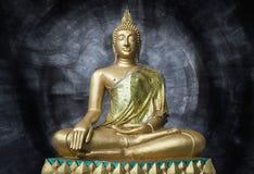 Guld- Buddhastaty i Sara Buri, Thailand Royaltyfria Foton
