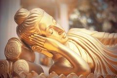 Guld- Buddhastaty i tempel av Thailand Arkivbild