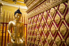 Guld- Buddhastaty i Thailand Royaltyfria Foton
