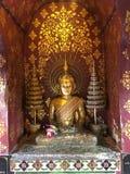 Guld- Buddhastaty i Thailand Buddhatempel Arkivbilder
