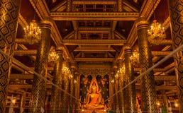 Guld- Buddhastaty i Thailand Buddhatempel royaltyfri fotografi