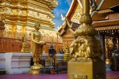 Guld- Buddhastaty i Thailand Buddhatempel Arkivfoton