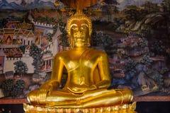 Guld- Buddhastaty och thai konstarkitektur i Wat Bovoranives, Bangkok, Thailand Royaltyfria Foton