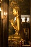 Guld- Buddhastaty och thai konstarkitektur i Wat Bovoranives, Bangkok, Thailand Arkivbild