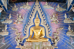 Guld- Buddhastaty på altaret på Wat Pariwat, Bangkok Arkivfoton