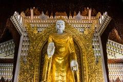 Guld- Buddhastaty på den Burmese templet, Malaysia Royaltyfria Bilder