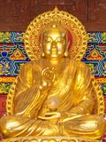 Guld- Buddhastaty på den kinesiska templet Royaltyfri Foto
