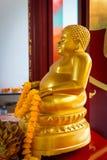 Guld- Buddhastaty på ett utsmyckat altare på kantonrelikskrin royaltyfria bilder
