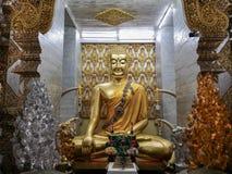 Guld- Buddhastaty på Wat Sanpayangluang i Lamphun, Thailand fotografering för bildbyråer