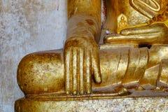 Guld- Buddhastaty på den Thatbyinnyu templet i Bagan, Myanmar Royaltyfri Fotografi