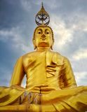 Guld- Buddhastaty, Tiger Cave, Krabi, Thailand arkivfoton