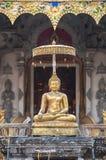 Guld- Buddhastaty utanför ingången till Wat Chedi Luang, Chiang Mai, Thailand Royaltyfri Bild