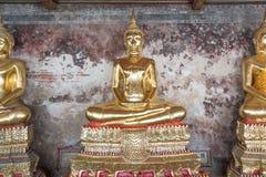Guld- Buddhastaty, Wat Suthat i Bangkok, Thailand Arkivfoto