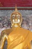 Guld- Buddhastaty, Wat Suthat i Bangkok, Thailand Arkivfoton