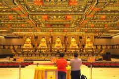 Guld- Buddhastatyer i Po Lin Monastery Det är en buddistisk kloster som lokaliseras på Ngong Ping Plateau, på den Lantau ön, Hong Royaltyfri Fotografi