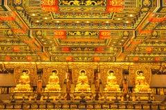 Guld- Buddhastatyer i Po Lin Monastery Det är en buddistisk kloster som lokaliseras på Ngong Ping Plateau, på den Lantau ön, Hong Arkivbild