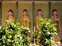 Guld- Buddhastatyer på Penang, Malaysia Royaltyfria Foton