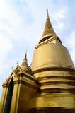 Guld- Buddhatempel som täckas fullständigt med otaliga spegeltegelplattor Royaltyfria Bilder