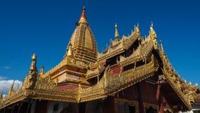 Guld- buddistisk stupa på överkanten av monteringen Popa Taung Kalat i Myanmar Arkivbild