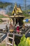 Guld- buddistiskt altare på gatan på lantligt bygdområde, del av Thailand kultur arkivfoto