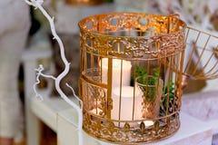 Guld- bur med stearinljus på en vit träsockel Bröllopfotozon Arkivbilder