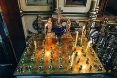 Guld- candleholder i kyrkan, ställning för stearinljus i inre av den ortodoxa kyrkan Royaltyfria Bilder