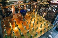 Guld- candleholder i kyrkan, ställning för stearinljus i inre av den ortodoxa kyrkan, ortodox symbolslampa, kyrkaolja, kyrklig at Arkivfoto