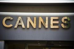 Guld- Cannes tecken på den lyxiga semesterorten på franska Riviera Fotografering för Bildbyråer