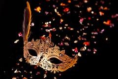 Guld- carnivalmask Royaltyfria Bilder
