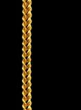 Guld- chain halsband som isoleras på svart, closeup, snabb bana fotografering för bildbyråer