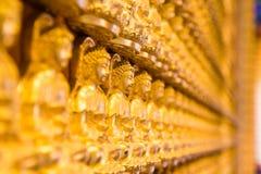 Guld- Chainese Buddha på den Leng Noei Yi 2 templet Arkivfoton