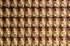Guld- Chainese Buddha på den Leng Noei Yi 2 templet Royaltyfria Bilder