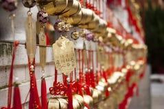 Guld- chimes och önska i en taiwanesisk tempel Arkivbilder