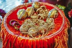 Guld- choora Chura på plattan objekten för indisk panjabiförbindelse för ritualer royaltyfria foton