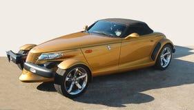 Guld- Chrysler person som stryker omkring arkivfoton