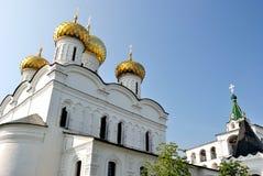 Guld- cirkel av Ryssland. Domkyrka för Treenighet (Troitsky) och klockstapeln i den Ipatievsky (Ipatiev) kloster i Kostroma Royaltyfri Foto