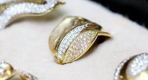 Guld- cirkel för modesmycken med zircon Royaltyfria Foton