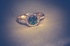 Guld- cirkel med den gröna opalet Royaltyfri Bild