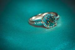 Guld- cirkel med den gröna opalet Royaltyfri Fotografi