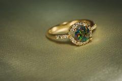 Guld- cirkel med den gröna opalet Royaltyfria Foton