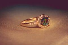 Guld- cirkel med den gröna opalet Arkivfoton