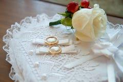 Guld- cirklar för att gifta sig Royaltyfria Bilder