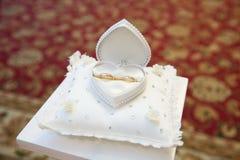 Guld- cirklar för koppling Royaltyfria Bilder