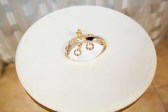Guld- cirklar för koppling på ställningen Royaltyfria Foton