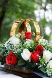 Guld- cirklar och blommor Arkivfoto